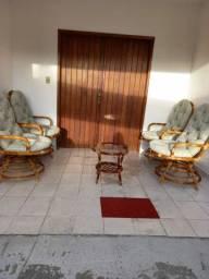 Mesa com cadeiras de cipó