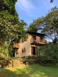 Casa de campo com a paz da cachoeira e praticidade de acesso as praias