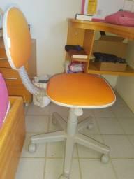 Cadeira tipo secretária.