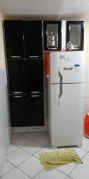 Armário de cozinha compacto usado.
