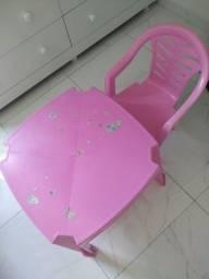 Título do anúncio: Mesa com uma cadeira rosa
