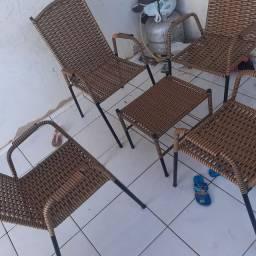 Jogo de 4 cadeiras e uma mesinha de centro
