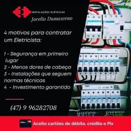 Eletricista residencial com NR 10 segurança em instalações elétrica.