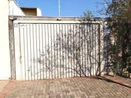 Portão basculante de aço com portão social embutido