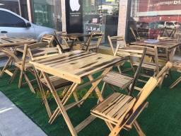Mesa e cadeiras de madeira