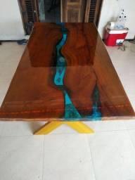 Mesa rústica com resina