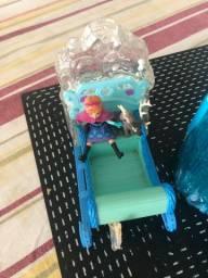 Título do anúncio: Trenó importado Disney com a boneca miniatura Ana e rena em ótimo estado pouco uso