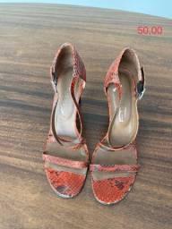 Título do anúncio: Sandalia de couro vermelha