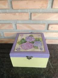 Caixa decorativa de madeira pintada à mão usada