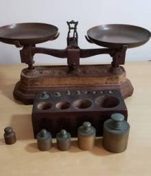 Balança antiga de ferro + pilar de pesos