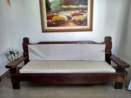 Sofá de madeira de lei