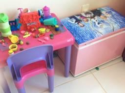 Título do anúncio: Mesinha infantil com cadeira e baú novo