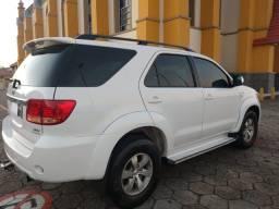 Toyota Hilux SW4 impecável.