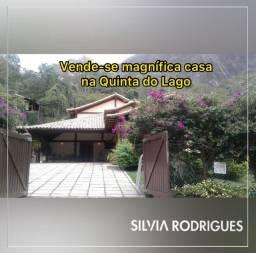 Vende-se magnífica casa de 450m² com 04 suítes no Condomínio Quinta do Lago, em Itaipava