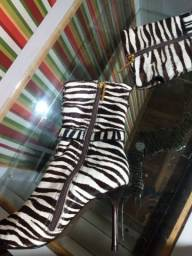 Título do anúncio: Bota cano médio salto zebrinha Número 36