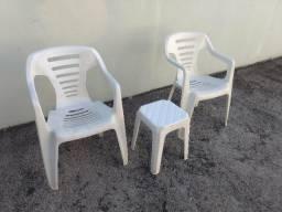 Conjunto com duas cadeiras brancas e banqueta