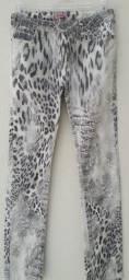 Calça Skinny Estampada P&B  em elastano e sarja de algodão