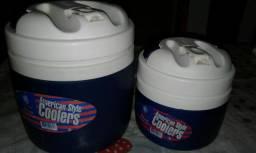 Duas garrafas térmicas para você gosta toma água gelada ou suco etc