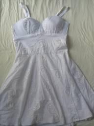 Vestido branco,tamanho M,fica no joelho