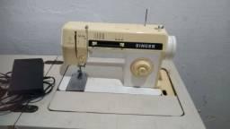 Máquina de costura marca Singer