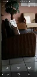 Sofá de fibra natural e poltronas em couro