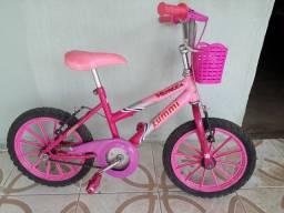Vende-se uma bicicleta de criança .