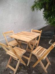 Conjunto de mesas e cadeiras dobráveis feitas em madeiras de lei