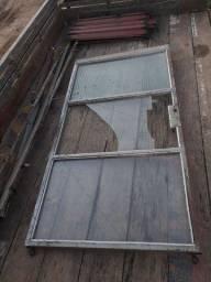 Título do anúncio: Porta chapa raiada com porta interna de vidro e ferro