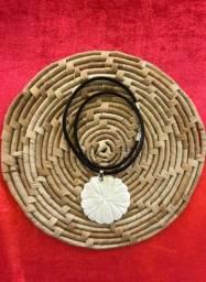 Colar de madrepérola com cordão de couro