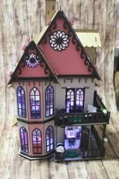Casinha de boneca com iluminação e decoração