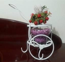Carriolinha decorativa para flores e plantas