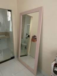 Espelho grande com moudura para lojas.