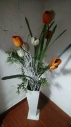 Vendo esse vaso com flores artificiais.