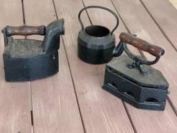 Ferros a carvão e chaleira, antiguidade, relíquias antiquário decoração