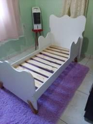 Vendo cama infantil  pouco tempo de uso em MDF com pés de madeira.