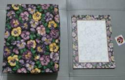 Caixa de presentes com papel de carta e adesivo