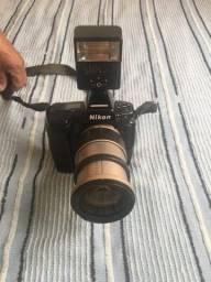 Câmera Nikon com Lente e Flash não digital