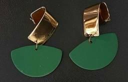 Maxi brincos resina verde e metal dourado