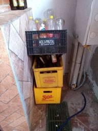 Engradados e garrafas retornáveis de cerveja e Coca cola