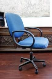 Cadeira de Escritório em Tecido Azul c/ rodinhas e braço Office