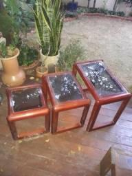 Trio de mesas de apoio