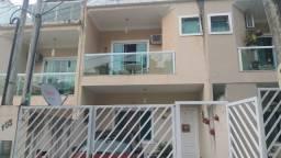Vendo excelente casa triplex dentro de um condomínio taquara