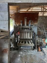 Máquina hidráulica para fabricação de blocos de concreto.