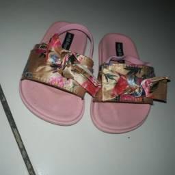 Título do anúncio: Vende se 1 par de sandalias