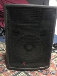 Duas caixas de som e uma potência.a