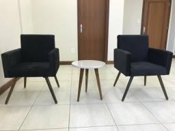 Conjunto com duas poltronas e uma mesa