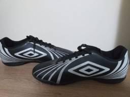 Chuteira Society - futebol 7- Marca Umbro-n° 39- excelente estado de conservação