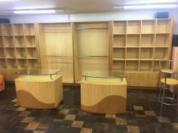 Móveis de marcenaria para loja de confecções em marfim