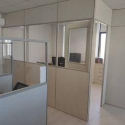 50 estações de trabalho e 1 sala grande (divisórias)
