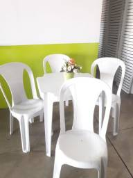 Jogo com mesa e cadeira em plástico